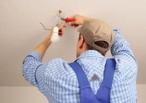 Handwerker installiert Lampe
